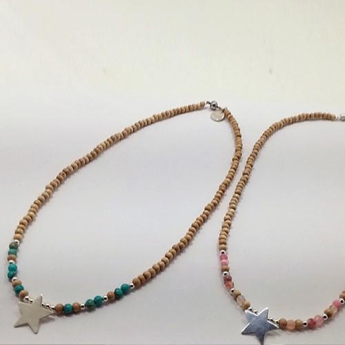 Le ras de cou de gauche est présenté avec de la Jaspe impression turquoise et à droite avec de l'Agate rose vif