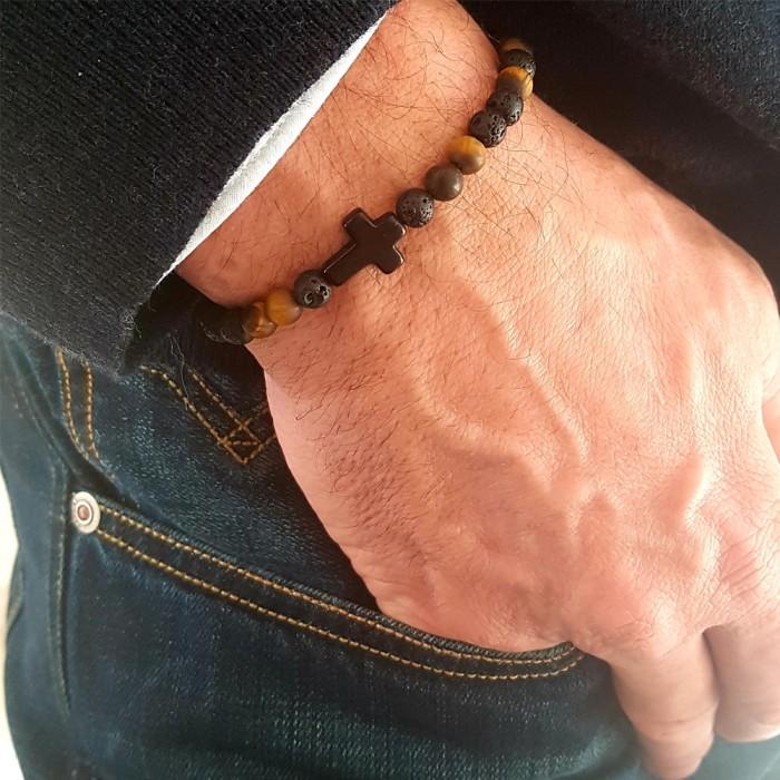 Le bracelet est porté avec de l'œil de tigre jaune, de la pierre de lave et du bois de Santal foncé