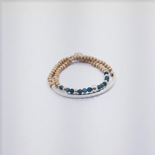 Le bracelet est présenté avec des pierres d'Apatite