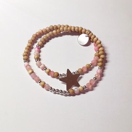 Le bracelet est présenté avec de l'Agate rose vif