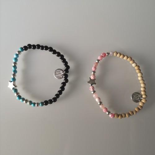 À gauche, le bracelet avec de la jaspe impression turquoise et à droite le bracelet avec de l'Agate rose vif