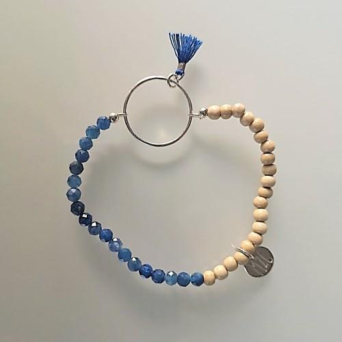 Le bracelet est présenté avec de la Sodalite