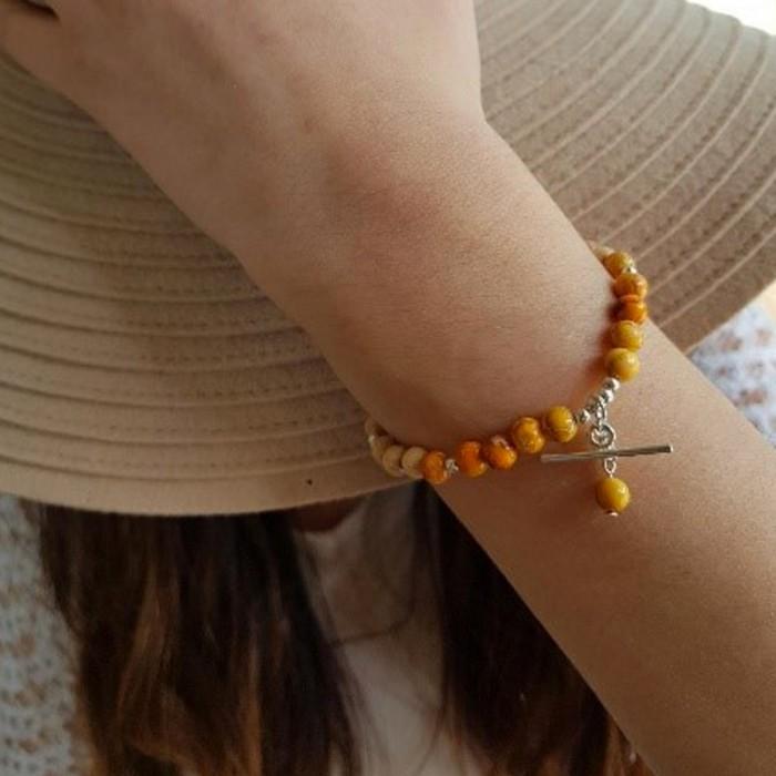 Le bracelet est porté avec de la Jaspe impression orange