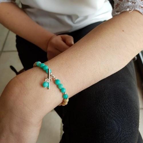 Le bracelet est porté avec de l'Amazonite vert bleu
