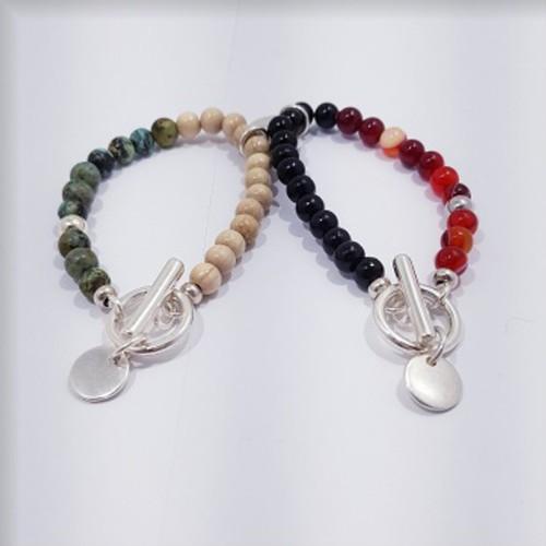 À gauche, le bracelet est présenté avec de la Turquoise d'Afrique, à droite, avec de l'Agate rouge