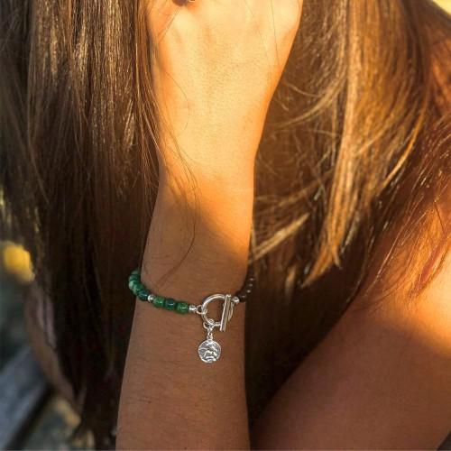 Le bracelet est porté avec de L'Agate vert veine