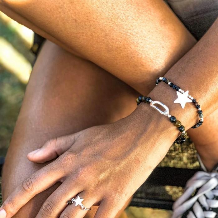 Le bracelet est porté avec de la Piétersite