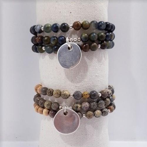 En haut, le bracelet est présenté avec de la Piétersite. En bas, le bracelet est présenté avec de la Jaspe Artic