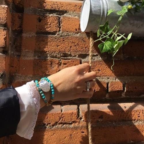 Le bracelet est porté avec de la Jaspe impression turquoise
