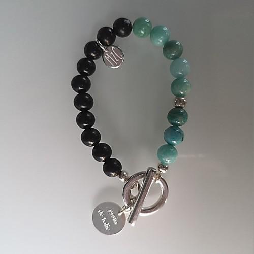 Le bracelet est présenté avec de la l'Amazonite bleu vert