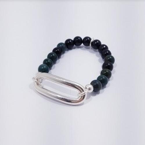 Le bracelet est présenté avec de la Jaspe Kambala