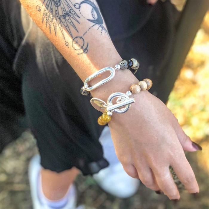 Le bracelet est porté avec de l'Agate Aqua marron