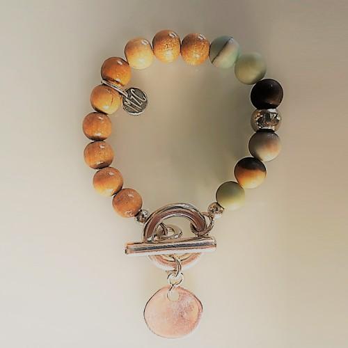 Le bracelet est présenté avec de l'Amazonite Arc en ciel