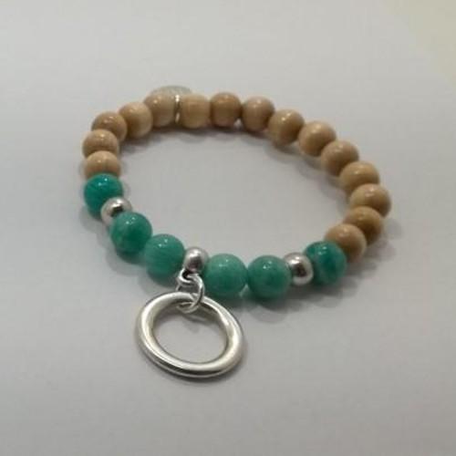 Le bracelet est présenté avec de l'Amazonite bleu vert