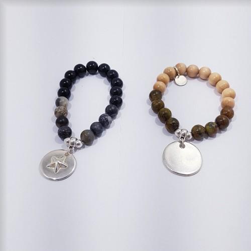 Le bracelet de gauche est présenté avec de la Jaspe Picasso. LE bracelet de droite est présenté avec de la Piétersite