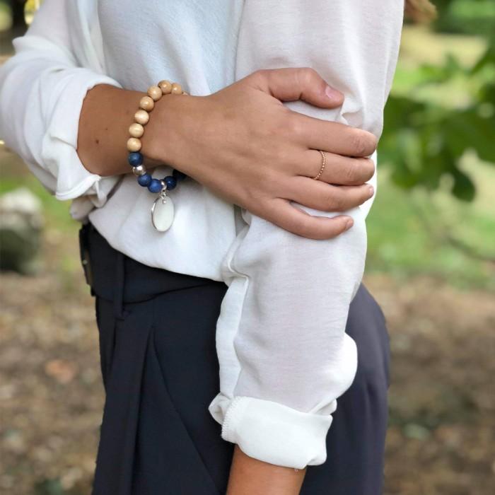 Le bracelet est porté avec de la Dumortiétite