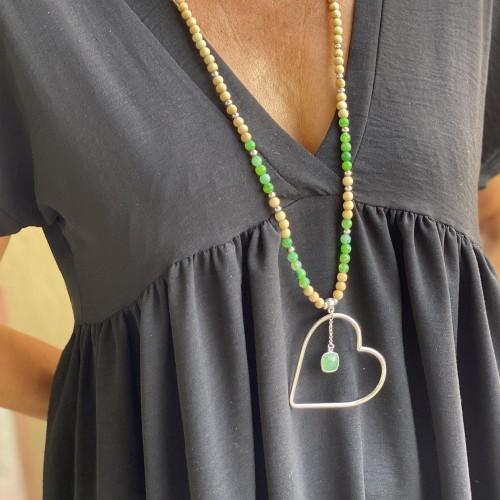 Le sautoir est porté avec de l'Agate vert