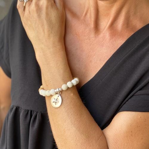 Le bracelet est porté avec de la Howlite blanche