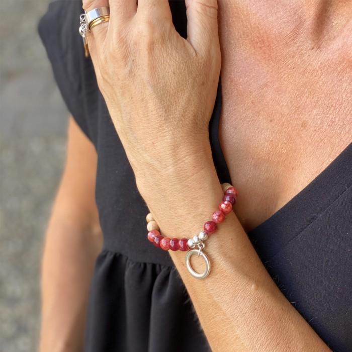 Le bracelet est porté avec de l'Agate rouge