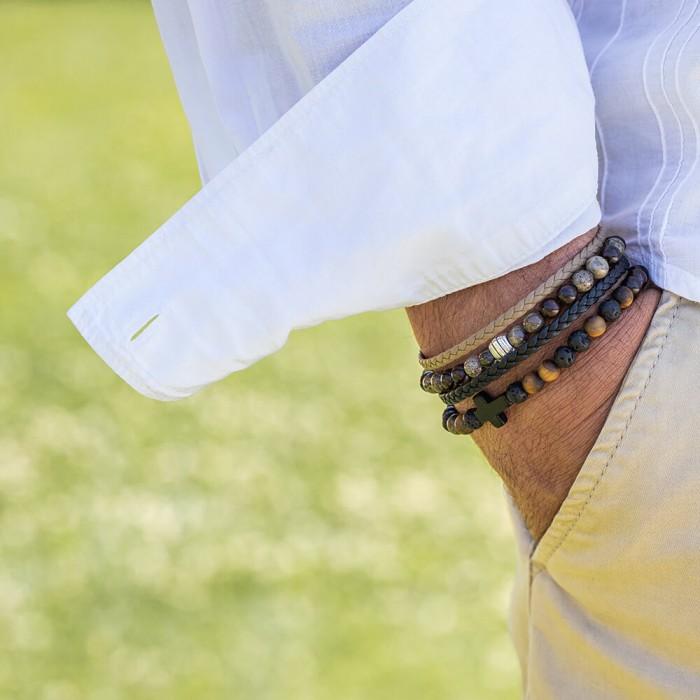 Le bracelet est porté avec de l'Œil de Tigre, de la pierre de et du Bois de santal foncé