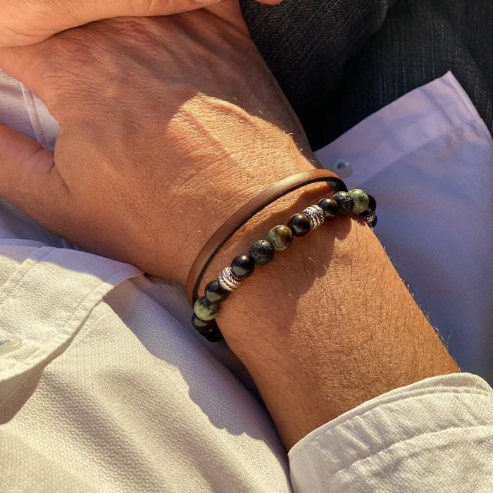 Le bracelet est porté avec de la Turquoise d'Afrique, de la Pierre de lave et du Santal foncé