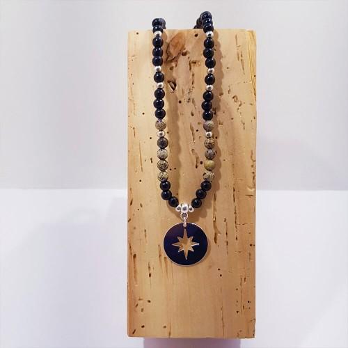 Le collier est présenté avec de la Jaspe Artic
