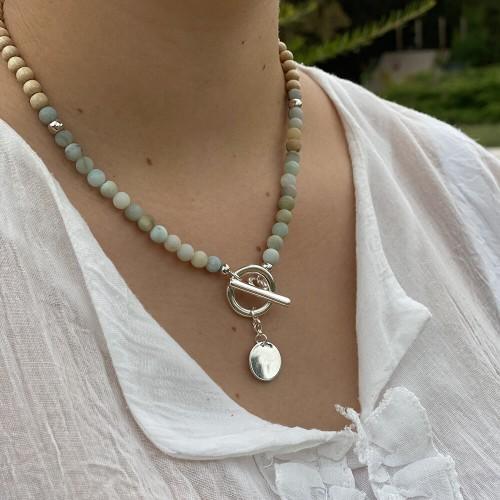 Le collier est porté avec de l'Amazonite Arc en ciel