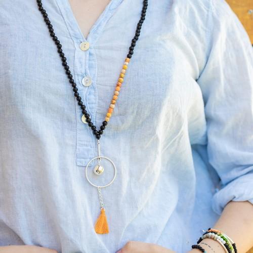 Le sautoir est porté avec de la Jaspe impression orange