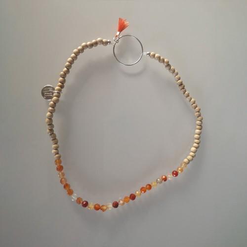 Le bracelet est présenté avec de la Cornaline
