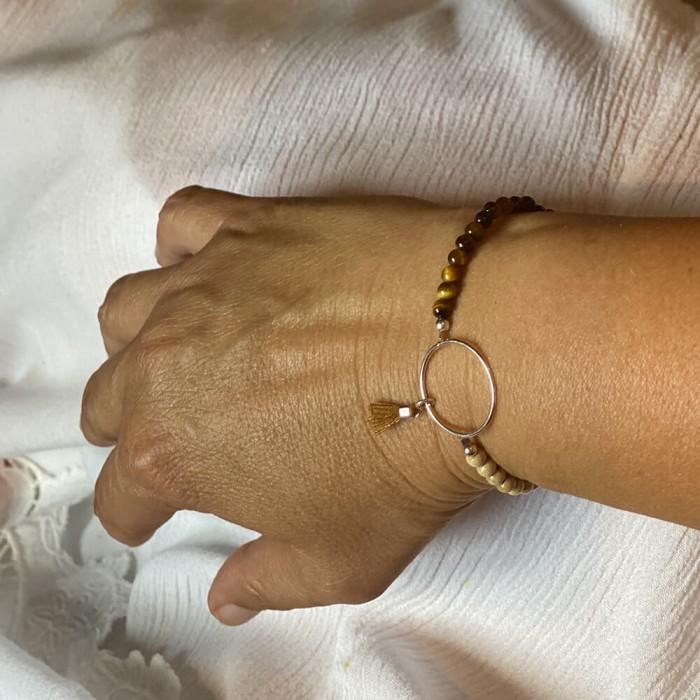 Le bracelet est porté avec de l'œil de Tigre