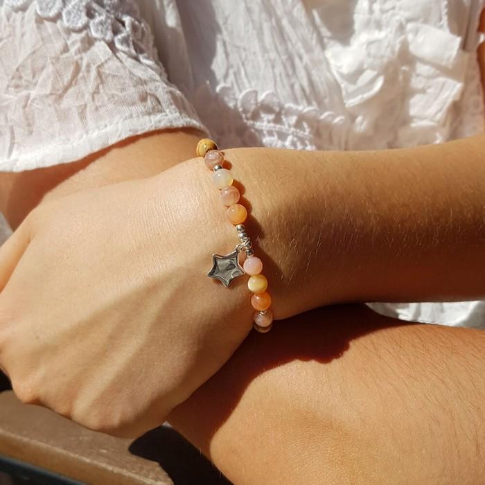 Le bracelet est porté avec de l'Agate du Botswana