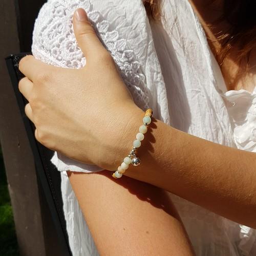 Le bracelet est porté avec de l'Amazonite Arc en Ciel