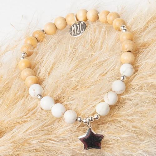 Le bracelet est présenté avec de la Howlite Blanche