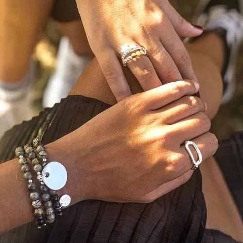 Le bracelet est porté avec de la Jaspe Artic