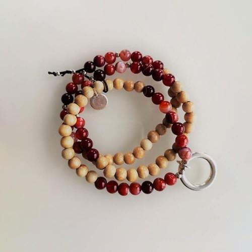 Le bracelet est présenté avec de l'Agate rouge