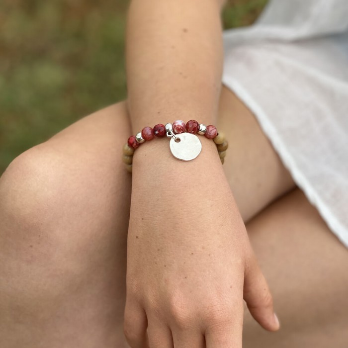 Le bracelet est porte avec de l'Agate rouge