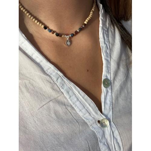 Le collier est porté avec de la Piétersite