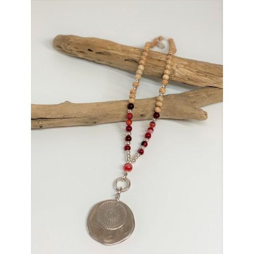 Le collier est présenté avec de l'Agate rouge
