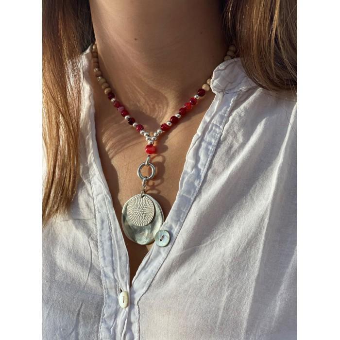 Le collier est porté avec de l'Agate rouge