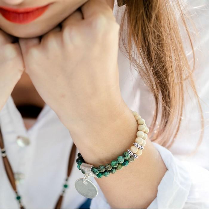Le bracelet est porté avec de la Turquoise d'Afrique