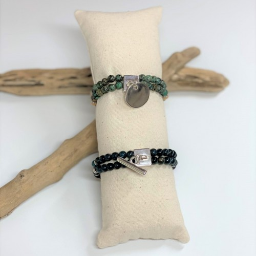 Le bracelet du haut est présenté avec de la Turquoise d'Afrique    Le bracelet du bas est présenté avec de l'Apatite
