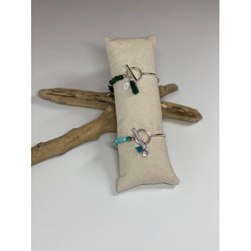 Le bracelet du haut est présenté avec de l'Agate vert. Le bracelet du bas est présenté avec de la Jaspe turquoise