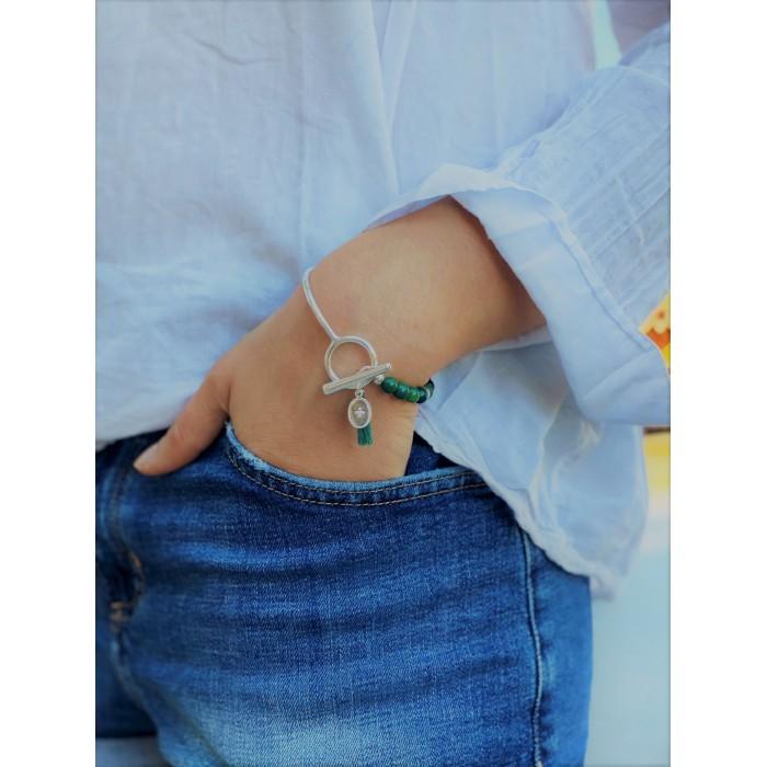 Le bracelet est porté avec de l'Agate vert